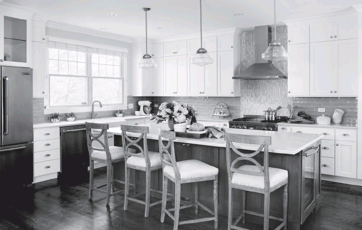 ?? STACY ZARIN GOLDBERG/CASE ?? Homeowners Chris and Bryan Leibrand of Bethesda, Md., chose Caesarstone's Bianco Drift quartz, featuring a polished finish, for the countertops in their kitchen.