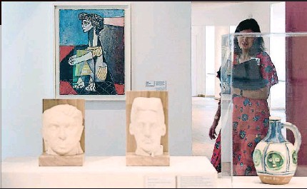 ?? Los íntimos. ?? fondo, el óleo Jacqueline con las manos cruzadas Al (1954) y en un primer plano dos bustos realizados por Manolo Hugué