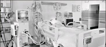 ?? Cortesía salud ?? • En una cama de terapia intensiva del Hospital Docente de Calderón, meses atrás.
