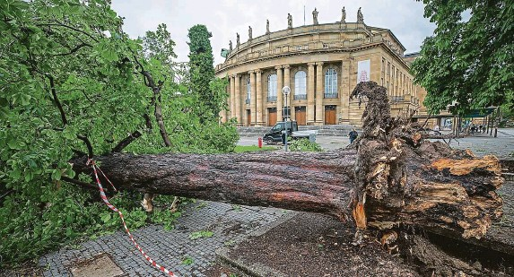 ?? FOTO ČTK/AP ?? Zkáze neunikla ani Státní opera ve Stuttgartu, silný vítr strhl část střechy a svalil i několik soch z podstavců. Více než dvěma stovkám diváků a účinkujících, kteří v té době byli uvnitř budovy na představení, se naštěstí nic nestalo.