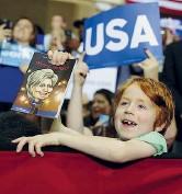 ??  ?? Il giorno dopo Un baby supporter di Clinton in North Carolina