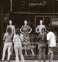 ??  ?? Consumidores observam vitrine; lojas podem abrir das 11h às 19h e com apenas 25% da capacidade de público