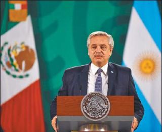 ?? AFP ?? CURIOSO. En medio del Vacunavip, Alberto F reclamó en México ética al mercado.