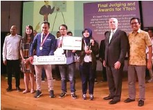 ?? GITA HANANDIKA FOR JAWA POS ?? JAWARA: Erick Karya dan Gita Hanandika (posisi ketiga dan keempat dari kiri) membawa Matakota menjadi pemenang Ytech di Jakarta pada 16 Mei lalu.