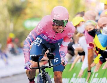 ?? EFE ?? Rigoberto Urán compitiendo en el Tour de Francia, donde está segundo.