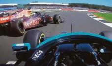 ?? FOTO REPRO LN ?? Konec. Hamilton právě nárazem vyřadil Verstappena ze závodu.