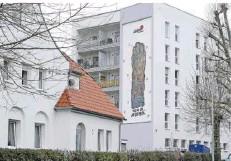 ?? FOTO: IRIS MAURER ?? Fritz Zolnhofers Wandmosaik am Schwesternwohnheim des Burbacher Hüttenkrankenhauses blieb über die Jahrzehnte gut erhalten.