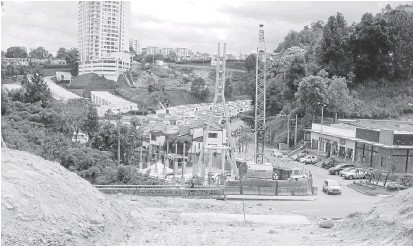 ?? Fotos   Freddy Arango   LPATRIA ?? El paso atirantado tiene 48,5 metros de longitud y 3 metros de ancho. Va desde el centro comercial San Marcel y la urbanización El Pinar hasta la entrada en el barrio La Enea.