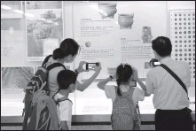 ?? Treasures from WU XIAOCHU / XINHUA ?? Passengers take photos of an exhibition named Sacred Hill at the Sung Wong Toi subway station in the Hong Kong Special Administrative Region on July 6.