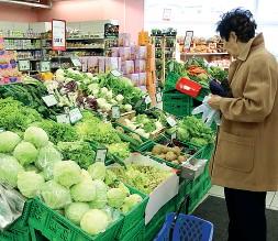 ??  ?? Spesa Le cassette di frutta e verdura in un supermercato L'Unione propone negozi nelle zone residenziali