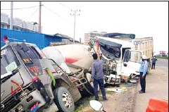 ?? POLICE ?? People inspect trucks that were involved in a traffic collision in Kandal's Kandal Stung district on May 8.