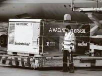 ?? Rivaldo Gomes/folhapress ?? Chegada de insumos no aeroporto de Guarulhos para a fabricação da vacina Coronavac