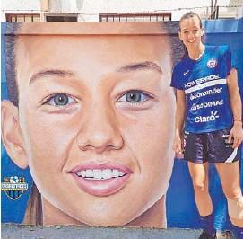 ??  ?? LINDO HOMENAJE. Endler se encontró son su mural en Ñuñoa.