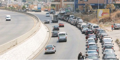 ?? (Aziz Taher/Reuters) ?? DRIVERS WAIT in line to enter a gas station in Jiyeh, Lebanon, last week.