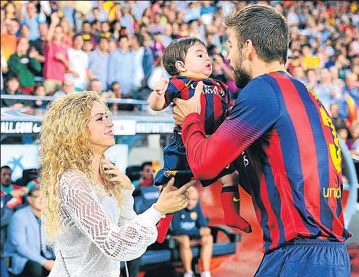 ?? GETTY IMAGES ?? Shakira y Piqué con Milan, su primer hijo, durante un partido del Barça