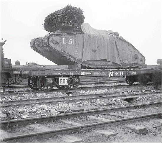 ??  ?? Stridsvognene ankommer avlastningsplassen bak fronten. Her ser vi tydelig bunten med tømmer som er klar på toppen av stridsvognen I 51.