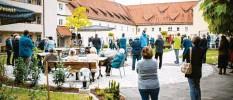 ?? Foto: Michael Kalb ?? Im kleinen Rahmen feierten die Beteiligten die Wiedereröffnung des Spitalflügels in Dinkelscherben.