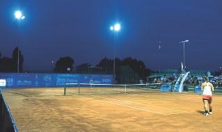??  ?? Test I campi da tennis della Canottieri Padova illuminati con la tecnologia a led creata da Arianna