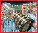 ??  ?? Messi, con el trofeo de campeones.