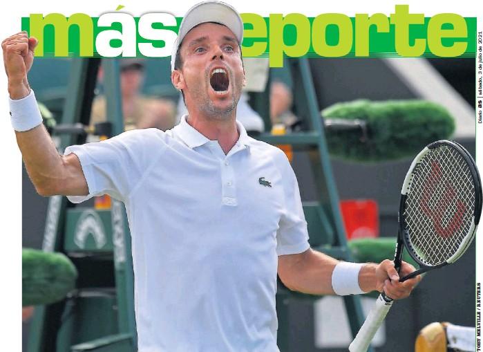 ??  ?? Roberto Bautista celebra con el brazo derecho en alto y dando un alarido su triunfo contra el alemán Domink Koepfer ayer en la tercera ronda de Wimbledon.