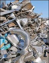??  ?? Les parties métalliques sont les plus faciles à recycler, mais il faut beaucoup de main-d'oeuvre pour les démonter.