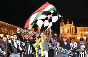 ?? ALESSANDRO DI MARCO/EPA-EFE ?? PESTA: Fans Juve merayakan kesuksesan timnya meraih scudetto di Piazza San Carlo, Turin, kemarin.