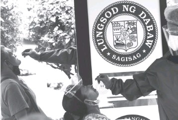 ?? (Keith Bacongco/MANILA BULLETIN) ?? COVID-19 SURVEILLANCE. Around 100 sidewalk vendors in San Pedro street here were tested during the surveillance swabbing conducted by the City Health Office on April 19, 2021.