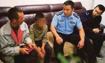 ??  ?? MIU ketika bertemu semula bapanya (kiri) selepas ditemui polis di Sichuan baru-baru ini. - Agensi