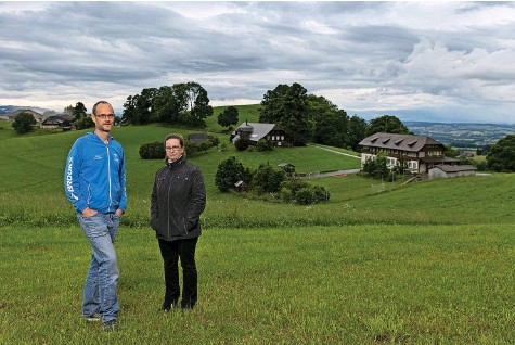 ?? Foto: Christian Pfander ?? Hans Künzi und Anita Bucher vor dem Schulhaus (rechts), in dem sie zusammen die Unterstufe besuchten.