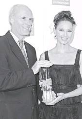 ?? FILE PHOTO BY ALBERTO E. RODRIGUEZ, GETTY IMAGES ?? John Hillkirk joins honoree Ashley Judd at USA TODAY's fourth annual Hollywood Hero Award Gala in Beverly Hills in 2009.