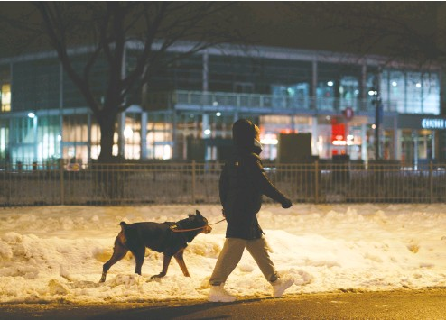 ?? PAUL CHIASSON / THE CANADIAN PRESS ?? Quebec curfew rules allow people to leave their homes after 8 p.m. to walk their dogs within a kilometre of home.
