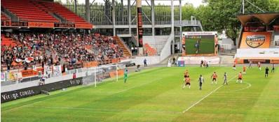 ??  ?? Le FC Lorient a lancé sa saison face au Havre, ce samedi, au Moustoir. Dès la 10e minute, la pluie s'est invitée sur la pelouse. Malgré une affluence aussi médiocre que le temps, les supporters ont donné de la voix pour encourager la reprise des...