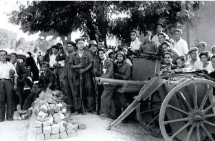 ??  ?? EN LAS BARRICA DAS. Civiles y milicianos de toda España empuñaron pistolas y fusiles desde aquel funesto 18 de julio de 1936. Abajo, en la ciudad manchega de Guadalajara, combatientes de la columna Puigdendolas, leal al Gobierno republicano, posan con...
