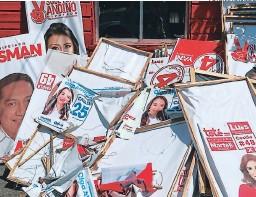 ?? FOTO: EL HERALDO ?? Las vallas publicitarias de candidatos políticos de diversas corrientes están siendo retiradas de cada poste del alumbrado público.
