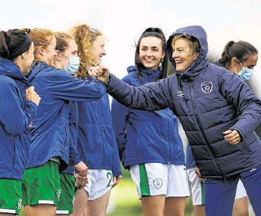 ?? PHOTOGRAPH: HARRY MURPHY/ SPORTSFILE ?? Manager Vera Pauw fist bumps Shaunna Brennan before a Republic of Ireland WNT home- based training session in ■ Abbotstown this week.