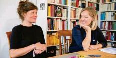 """?? Foto: Christoph Soeder, dpa ?? Kristin Mudra (links) und Annemarie Botzki sind Aktivistinnen der Umweltbewegung """"Extinction Rebellion""""."""