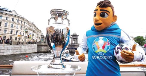 ?? AFP ?? Euro 2020 mascot Skillzy poses with the trophy in central Saint Petersburg on May 22.