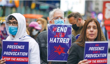 ??  ?? PEOPLE DEMONSTRATE against antisemitism and in support of Israel at a rally in New York City's Times Square in May. (David 'Dee' Delgado/Reuters)