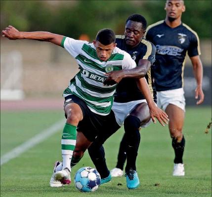 ??  ?? Matheus Nunes tenta escapar à marcação de Imbula, durante o jogo de ontem no Parchal, Algarve