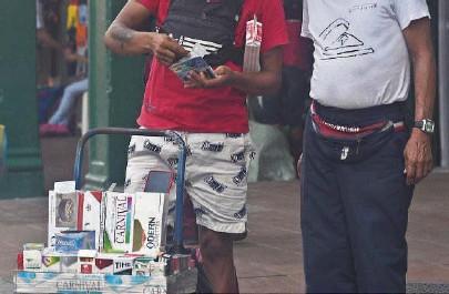 ?? RONALD CEDEÑO ?? k En Ecuador hay marcas de cigarrillos foráneas que no cumplen con el etiquetado y se venden al menudeo en las calles.