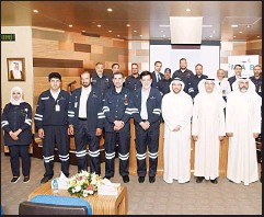 ?? KUNA photo ?? A group photo of KNPC official during the opening of Mina Abdulla Refinery.