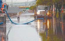 ??  ?? Las intensas lluvias que se han registrado en los últimos días en la Zona Metropolitana han dejado encharcamientos e inundaciones.