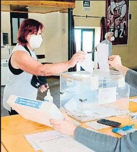 ?? ELISEO TRIGO / EFE ?? Una dona dipositant el vot a les eleccions gallegues el 12 de juliol