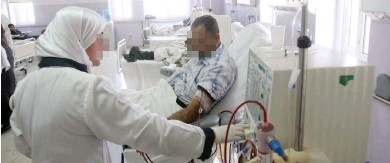 ??  ?? ممرضة أثناء عملها في وحدة غسيل كلى بمستشفى جرش الحكومي