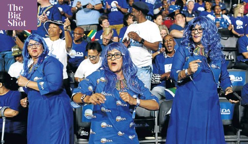?? Picture: Alon Skuy ?? A true blue trio entertain the more than 2 000 delegates who descended on Tshwane this weekend for the DA's federal congress.