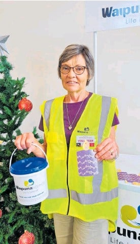 ??  ?? Waipuna Hospice volunteer Denise Vercoe with this year's purple Christmas bauble.