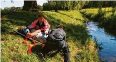 ?? Foto: Berufsfeuerwehr Augsburg ?? Hier siehst du eine Übung der Berufsfeuerwehr Augsburg. Die Rettungskräfte trans‰ portieren eine verletzte Person auf einer Trage ab. Sie haben den Kopf mit einer Schiene stabilisiert. Heute erfährst du auf Capito, was du als Ersthelfer tun kannst, bevor die Rettungskräfte eintreffen.