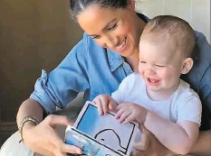 """?? Foto: AFP ?? Zum ersten Geburtstag ihres Sohnes Archie haben Prinz Harry (35) und Herzogin Meghan (38) am Mittwoch ein Video veröffentlicht. Darauf ist zu sehen, wie Meghan ihrem strahlenden Sohn aus dem Kinderbuch """"Duck! Rabbit!""""vorliest. In der Geschichte geht es um eine optische Illusion: Eine Figur stellt sowohl einen Hasen als auch eine Ente dar. Meghan wirkt entspannt und trägt ein aufgekrempeltes Jeans-Hemd. Harry ist im Hintergrund lachend und mit seinem Sohn sprechend zu hören."""