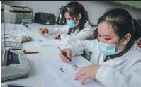 ??  ?? Technicians count seeds at a laboratory at the seed bank.