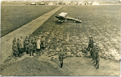 ??  ?? ■ On 19 August 1917, General Erich Ludendorff visited the aerodrome at Markebeke. Richthofen's allred Albatros D.V (2059/17) is prominently displayed in the background. (Bronnenkant)